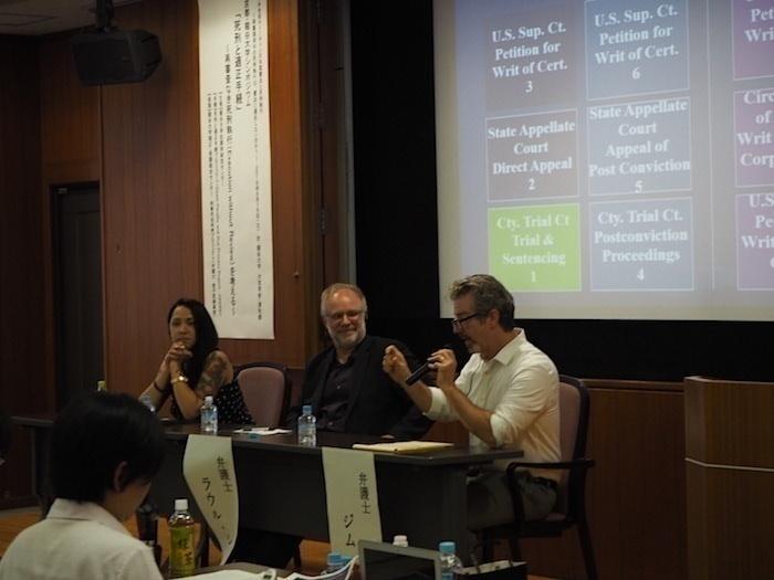写真右側よりジム・マーカス弁護士、ラウル・ショーネマン弁護士、ティア・ポセル弁護士