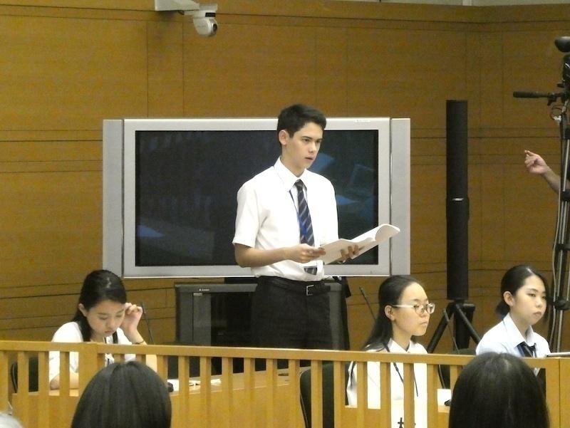 検察官役の生徒