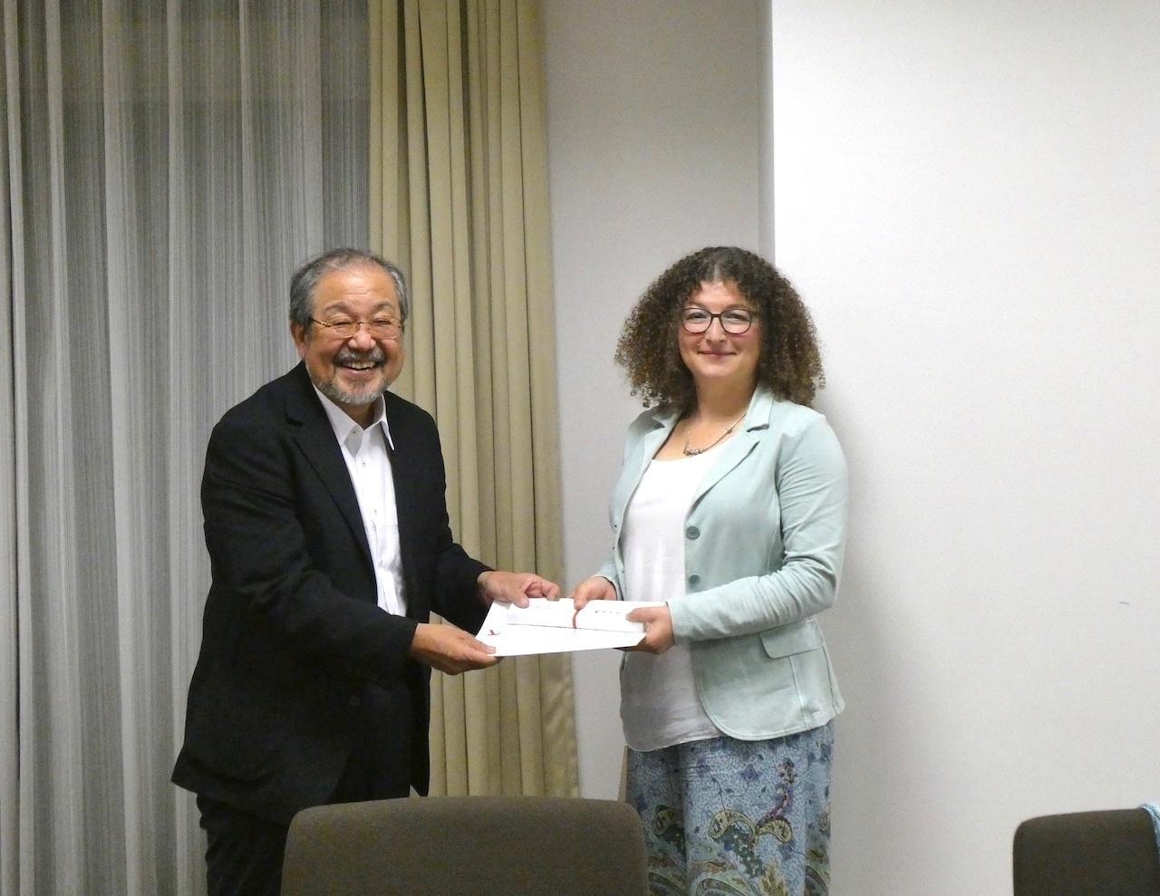 石塚伸一教授(本学法学部・犯罪学研究センター長)から記念品の贈呈も