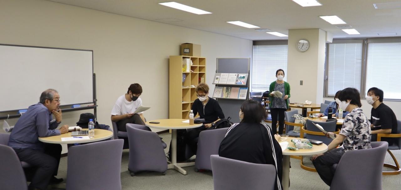 今後の活動について話し合う石塚教授と学生たち