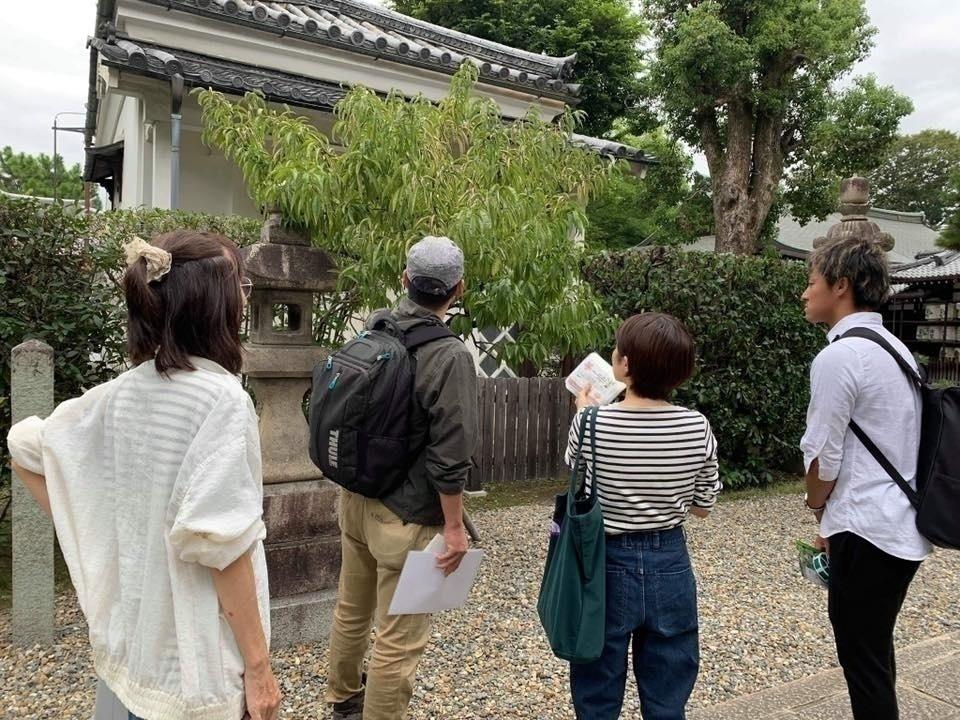 伏見の御香宮神社で、ぴあぴあ代表の藤崎さんらと桃を確認