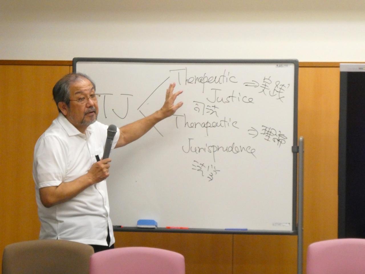 石塚伸一教授(センター長、「治療法学」・「法教育・法情報」ユニット長 / 法学部教授)