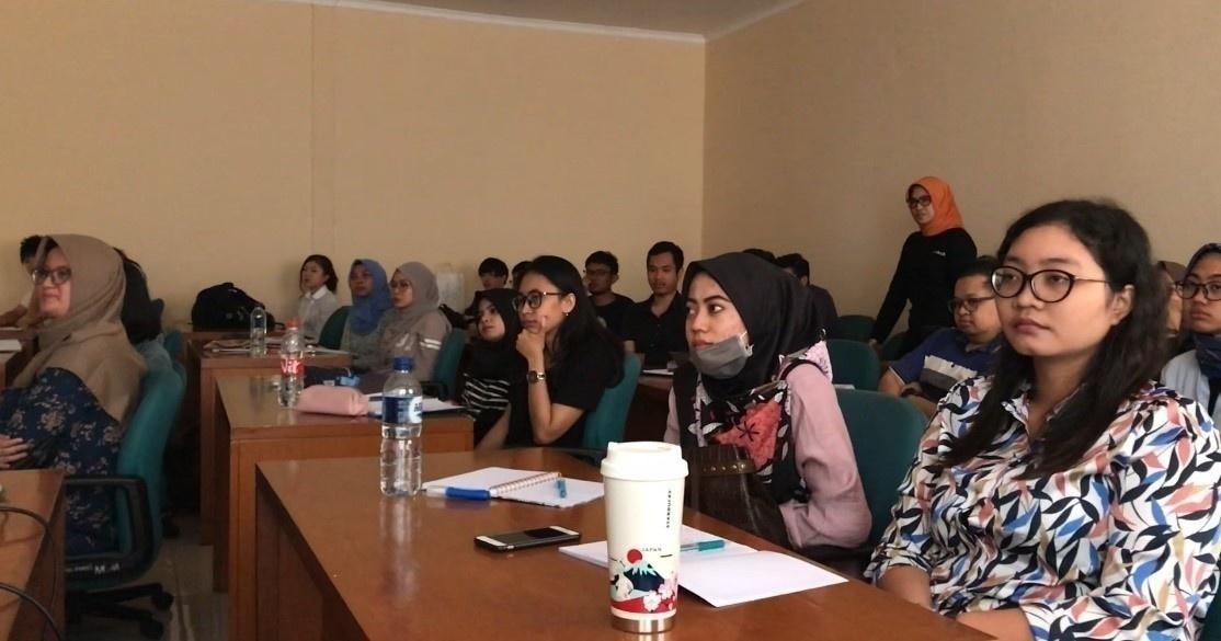 大原ゼミの報告を聞くインドネシア学生
